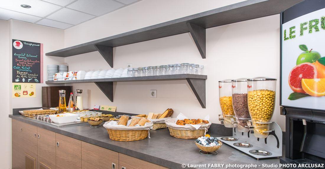 Photographe D'hôtel à Chambéry : Le Buffet Du Petit Déjeuner à L'hôtel Brit Hotel à Chambéry, Alpes Du Nord, Savoie