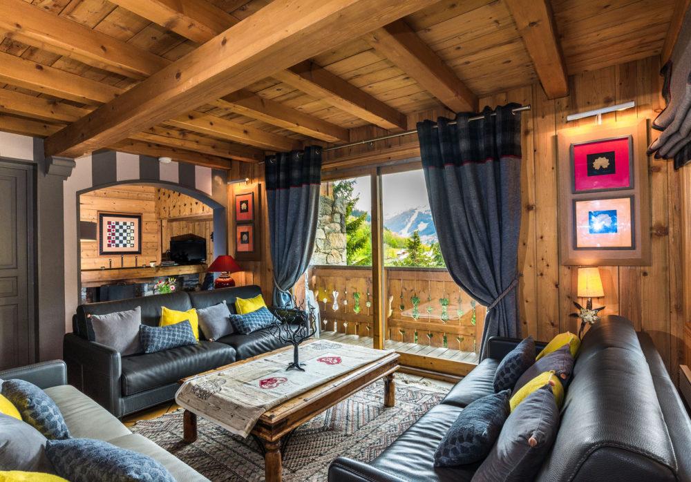 vue d'ensemble des coins salon - salle télé et cheminée dans un chalet de montagne