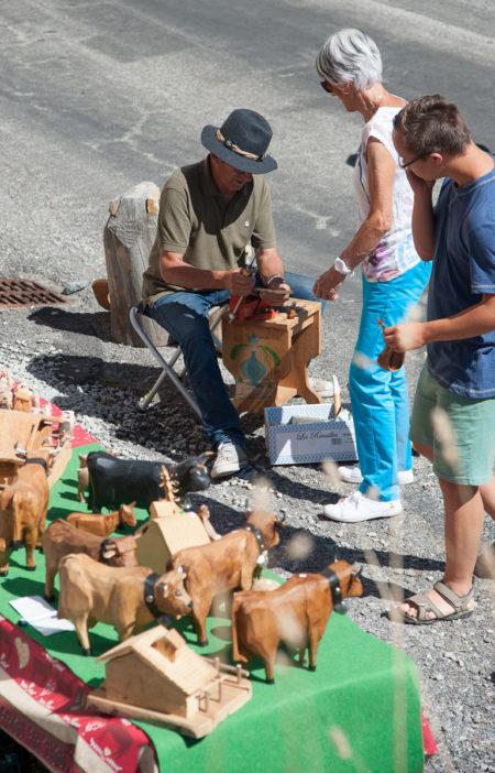 Photographe Tourisme Sur Une Fête De Village En Savoie : Artisans D'art Exposant Et Travaillant Dans La Rue