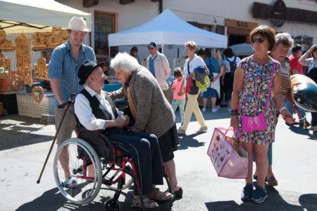 Photographe Tourisme Sur Une Fête De Village En Savoie : Rencontres En Pleine Rue