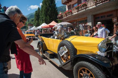 Photographe Tourisme Sur Une Fête De Village En Savoie : 4ème Défilé Automobile De La Libellule D'Or Aux Allues, Lors De La Fête à Fanfoué, Méribel