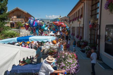 Photographe Tourisme Sur Une Fête De Village En Savoie : Exposants, Producteurs Et Artisans Dans La Rue Principale Des Allues, Face à La Mairie