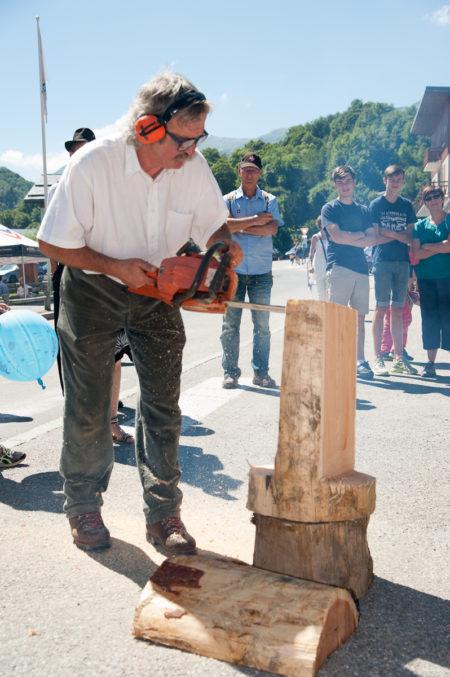 Photographe Tourisme Sur Une Fête De Village En Savoie : Sculpture à La Tronçonneuse Lors D'une Fête De Village En Savoie