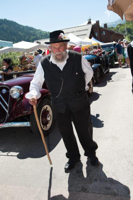 Photographe Tourisme Sur Une Fête De Village En Savoie : Un Homme Porte Un Costume Traditionnel Savoyard Lors De La Fête à Fanfoué