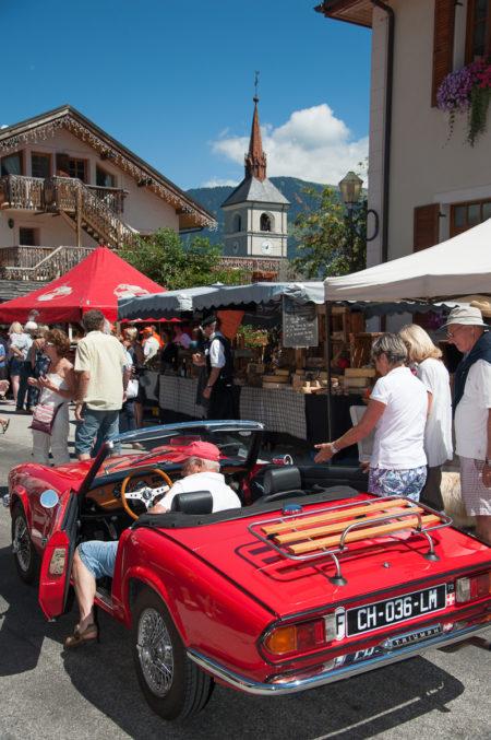 Photographe Tourisme Sur Une Fête De Village En Savoie : Défilé De Voitures