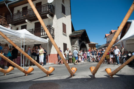 Photographe Tourisme Sur Une Fête De Village En Savoie : Les Cornistes Lors De La Fête De Village Des Allues, Méribel