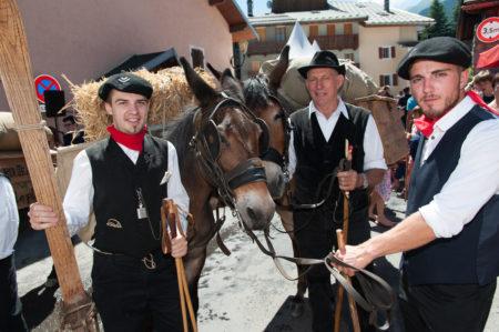 Photographe Tourisme Sur Une Fête De Village En Savoie : Jeunes Montagnards De Retour Du Glacier Dans La Vallée Des Allues