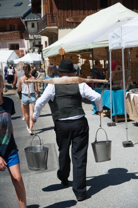Photographe Tourisme Sur Une Fête De Village En Savoie : Porteur D'eau