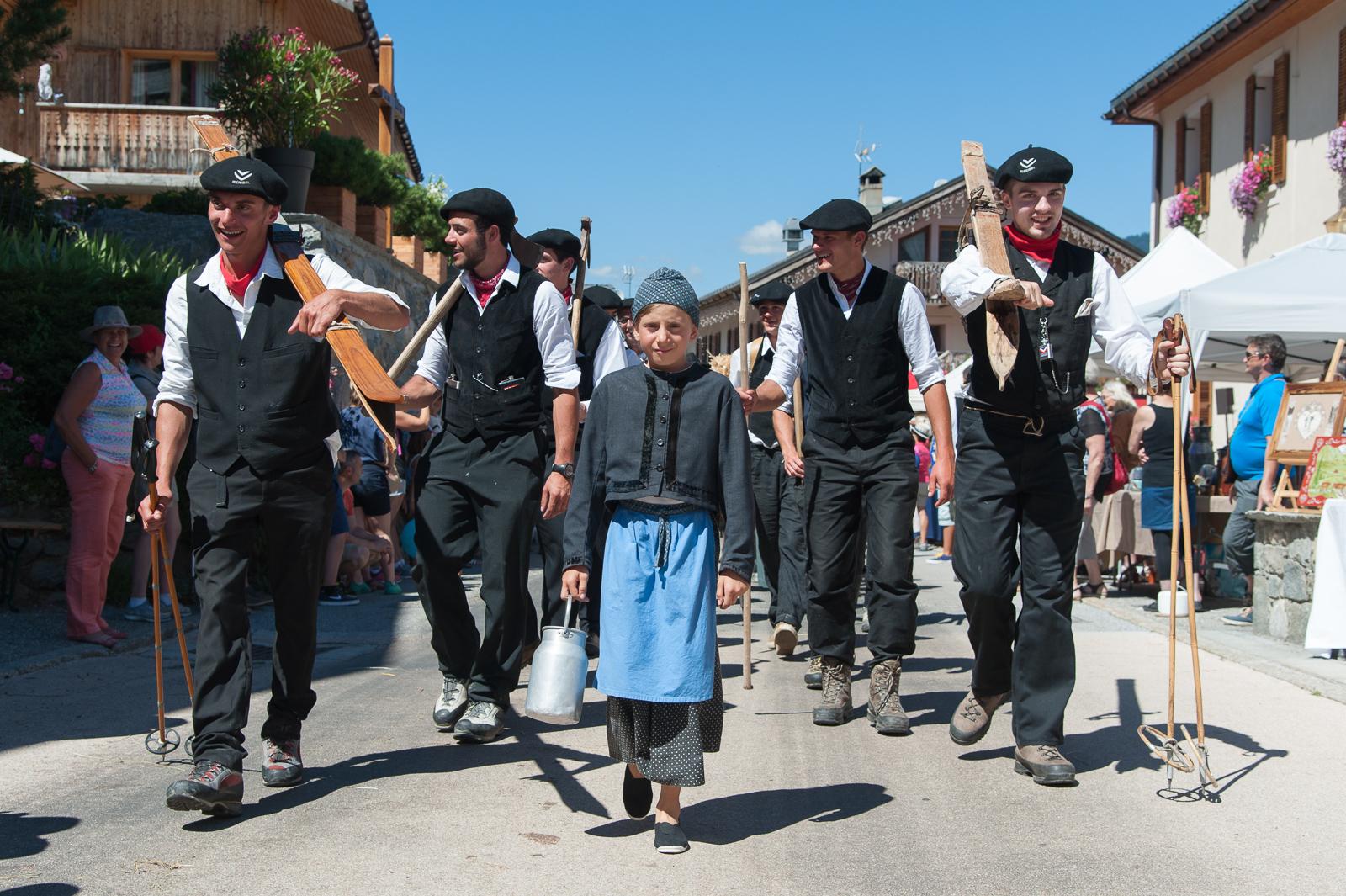 Photographe Tourisme Sur Une Fête De Village En Savoie : Défilé En Costumes Savoyards Traditionnels Lors De La Fête à Fanfoué 2016, Vallée Des Allues, Méribel