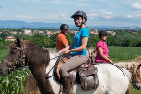 Photographe En Auvergne Rhône Alpes : Tourisme équestre Avec Les Cavaliers De La Ferme Équestre Des Collines