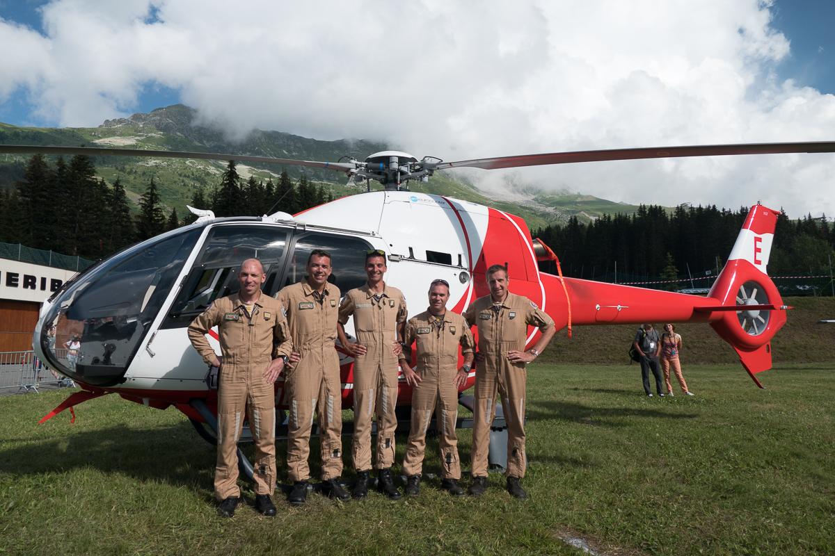 Photographe Tourisme Sur Un Meeting Aérien : Les Pilotes D'hélicoptères De L'ALAT Devant Un De Leurs Appareils