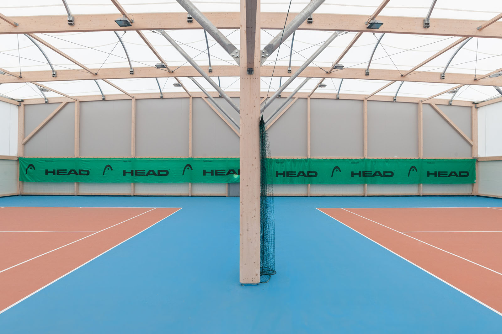 Cours De Tennis Photographié Par Un Photographe Architecture Professionnel à Faverges