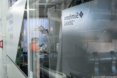 Photographe Industrie Dans Les Alpes En Maurienne : Reflet Dans Une Presse à Injecter Sumitomo SHI Demag