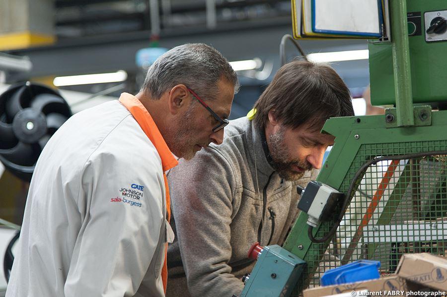 Photographe Industrie Dans Les Alpes En Maurienne : Techniciens Superviseurs En Dépannage Sur Une Ligne De Montage