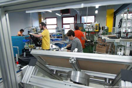 Photographe Industrie Dans Les Alpes En Maurienne : Opérateurs Sur Une Ligne De Montage