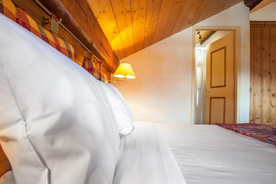 Photographe d'hôtel en Beaufortain : une chambre photographiée depuis le chevet