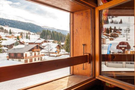 Photographe D'hôtel En Beaufortain : Vue Sur La Station Depuis La Fenêtre D'une Chambre
