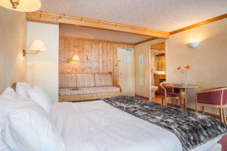 Photographe D'hôtel En Beaufortain : Une Suite 3 Personnes Photographiée Depuis Le Chevet