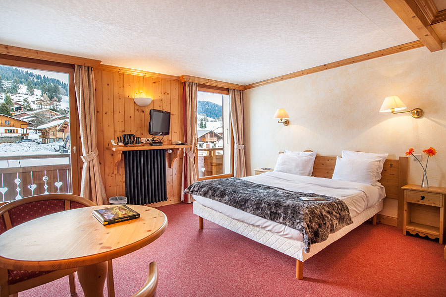 Photographe d'hôtel en Beaufortain : une chambre photographiée avec vue sur le domaine skiable