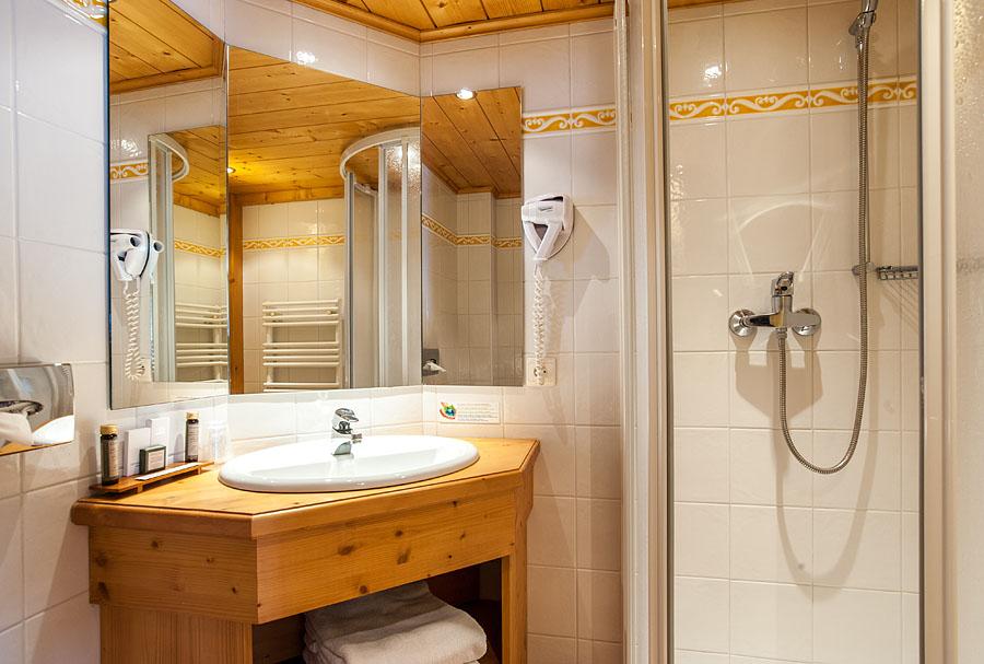 Photographe d'hôtel en Beaufortain : une chambre photographiée depuis la salle de bain