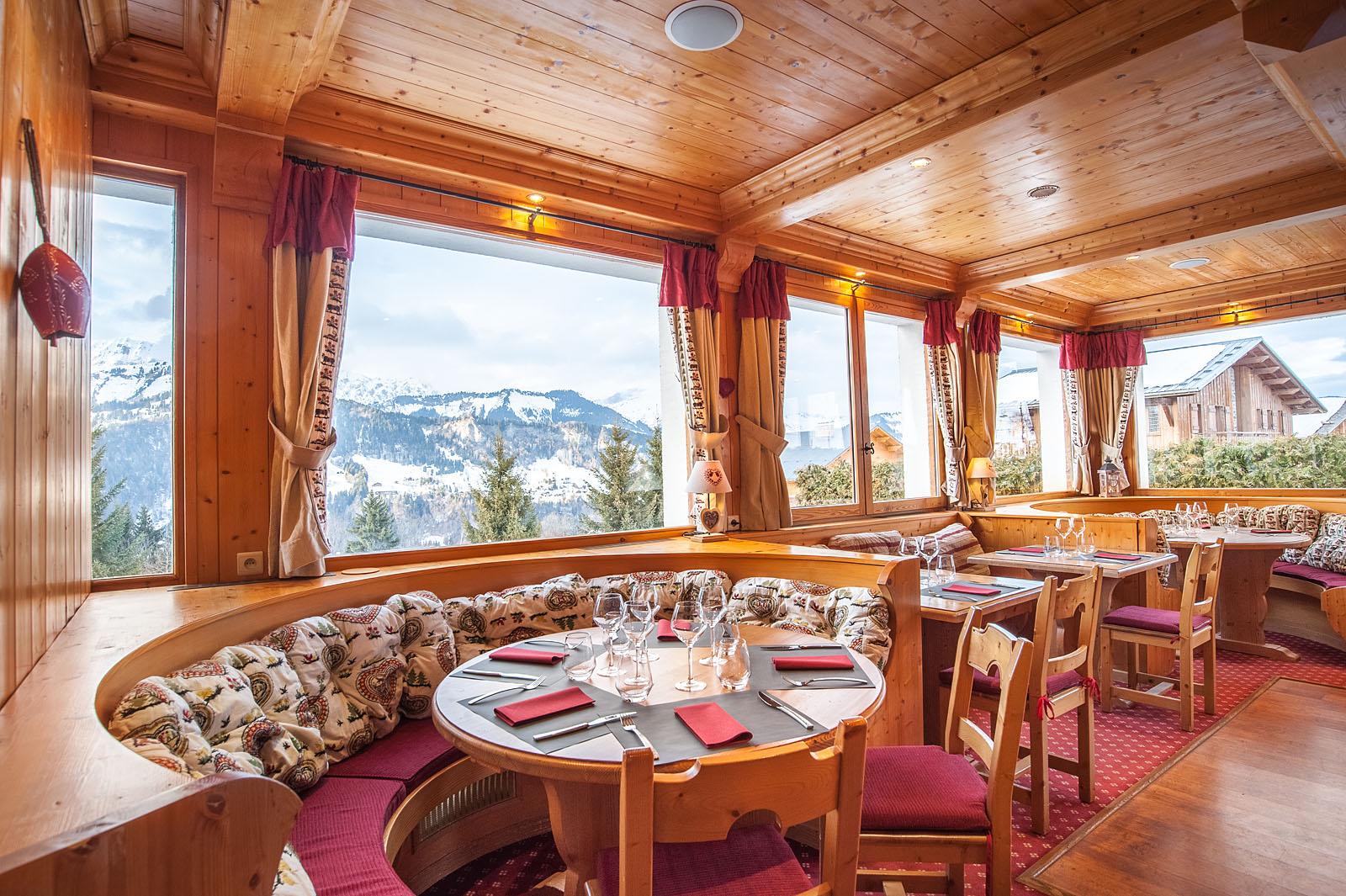Photographe d'hôtel en Beaufortain : salle du restaurant avec vue sur les Aravis