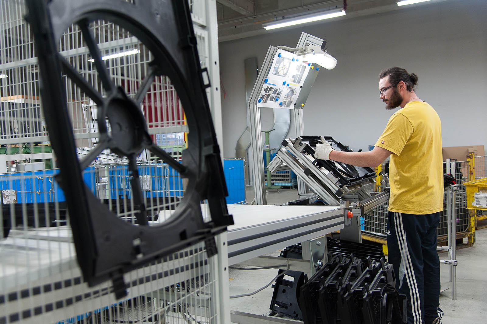 Photographe Industrie Dans Les Alpes En Maurienne : Poste D'assemblage En Bout De Presse à Injecter