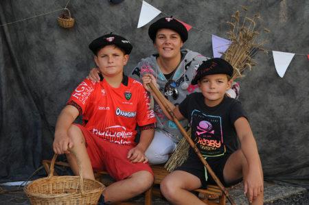 Photographe événementiel Sur Une Fête Des Montagnes Dans Les Alpes : Photo De Famille Avec Les Bérets Savoyards
