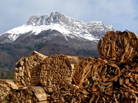 Photographe Patrimoine Et Traditions Dans Les Alpes : Fagots De Bois Dans Une Scierie En Montagne