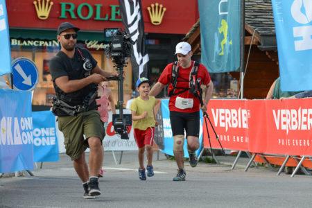 Photographe De Trail Running En Suisse : L'équipe Vidéo Filme Les Arrivées Avec Un Steadycam