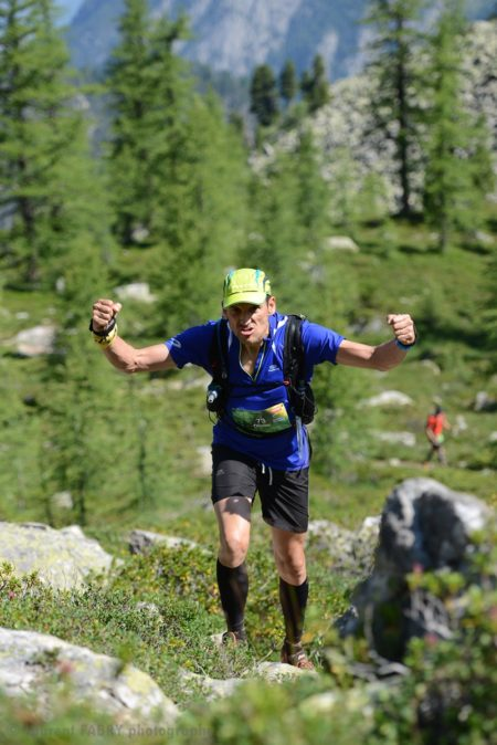 Photographe De Trail Running En Suisse : Les Coureurs Se Motivent Pendant Une Ascension