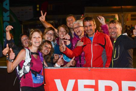 Photographe De Trail Running En Suisse : Le Soutient De La Famille D'une Traileuse à Son Arrivée De Nuit Sur Le TVSB