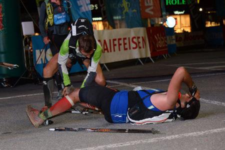 Photographe De Trail Running En Suisse : Les Crampes D'un Coureur Sur La Ligne D'arrivée