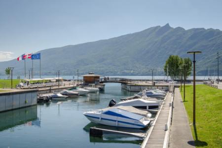 Photographe Urbanisme Pour Une Collectivité Dans Les Alpes (Aix-les-Bains) : Le Port Du Tillet Sur Le Lac Du Bourget, Face Au Mont Du Chat
