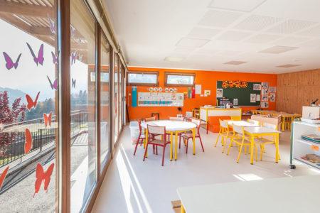 Photographe Architecture En Savoie Pour Une Collectivité : Une Baie Vitrée Borde La Salle De Classe