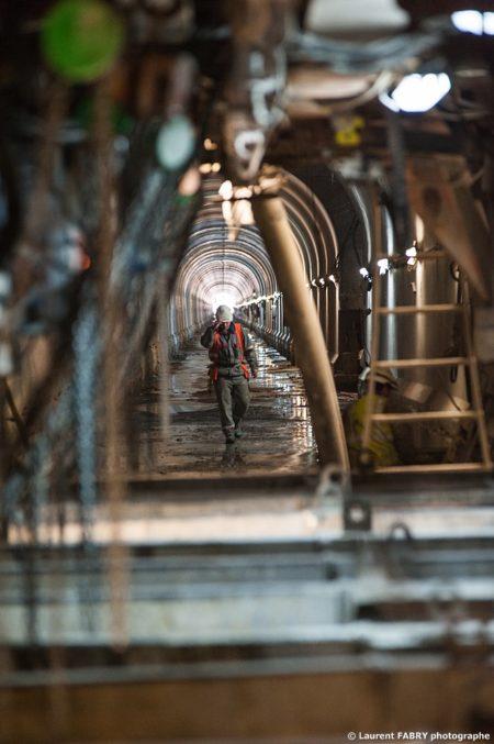 Photographe Industriel En Auvergne Rhône Alpes : Vue à Travers Un Portique