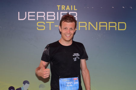 Photographe De Trail Running En Suisse : Un Jeune Coureur Pose Pour Sa Photo Finisher