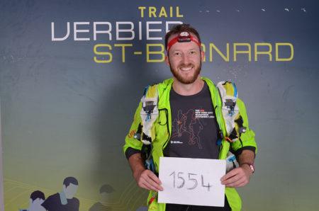 Photographe De Trail Running En Suisse : Coureur Montrant Son Numéro De Dossard Du TVSB Après La Course
