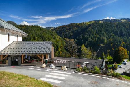 Photographe Architecture En Savoie Pour Une Collectivité : Parvis De L'école Devant Le Passage Piéton