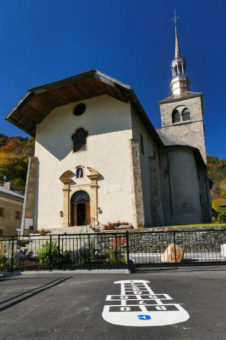 Photographe Architecture En Savoie Pour Une Collectivité : La Marelle De La Cour D'école Devant L'église De Saint-Nicolas-la-Chapelle