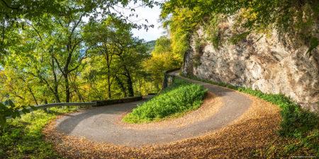 Photographe En Décoration De Bureaux Dans Les Alpes : Lacet D'une Petite Route De Montagne Entre Aiguebelle Et Montsapey, En Automne
