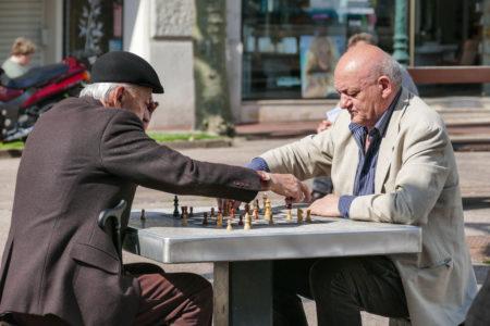 Photographe Urbanisme Pour Une Collectivité Dans Les Alpes : Joueurs D'échecs Sur Le Square Du Temple De Diane