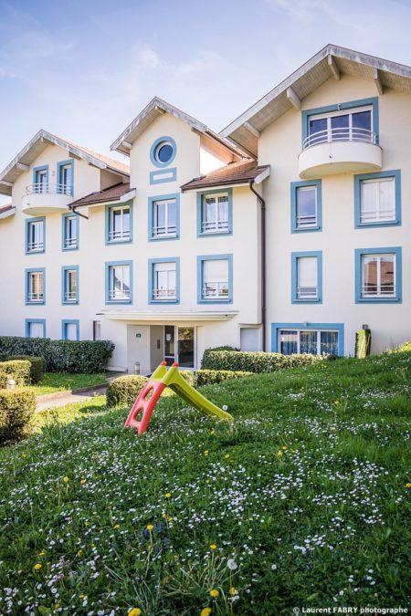 Photographe Immobilier Pour Un Appartement Près D'Annecy : La Façade D'un Des Bâtiment De Cette Résidence