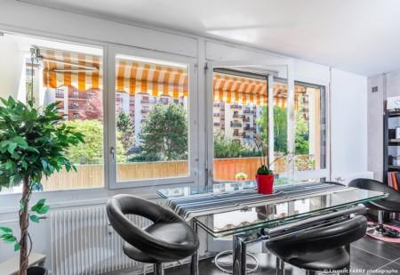 Photographe Immobilier Pour Un Appartement à Chambéry : Baie Vitrée Ouverte Sur Un Parc