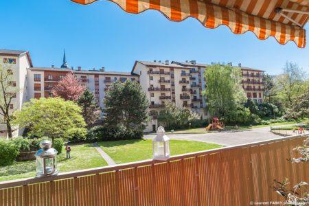 Photographe Immobilier Pour Un Appartement à Chambéry : Beau Balcon Ouvert Sur Un Parc Sans Vis-à-vis