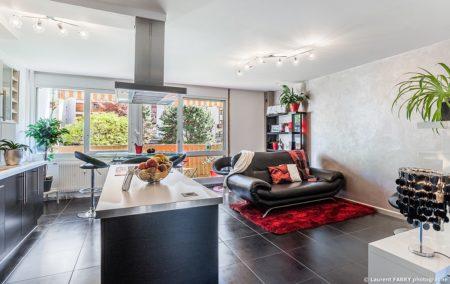 Photographe Immobilier Pour Un Appartement à Chambéry : Vue Générale De La Pièce De Vie Et Ses Baies Vitrées