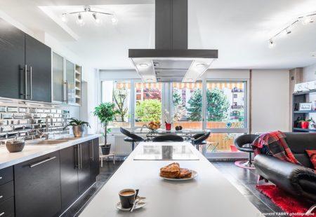 Photographe Immobilier Pour Un Appartement à Chambéry : îlot Central De Cuisine Et Sa Hotte