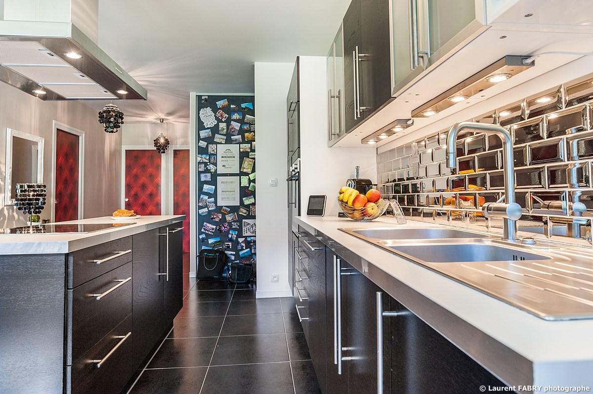 Photographe immobilier pour un appartement à Chambéry : cuisine aménagée