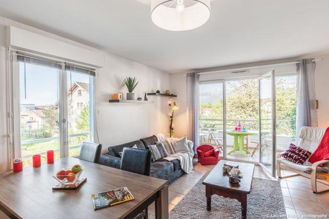 Photographe immobilier pour un appartement près d'Annecy : le salon salle à manger
