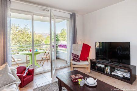 Photographe Immobilier Pour Un Appartement Près D'Annecy : Le Coin TV Dans La Pièce Principale