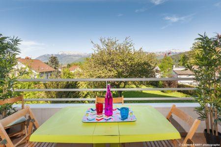 Photographe Immobilier Pour Un Appartement Près D'Annecy : Large Balcon Avec Une Belle Vue